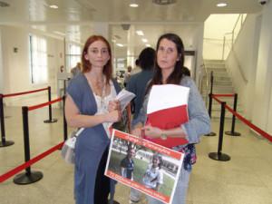 Ana y Tamara antes de entregar las 92.000 firmas en el Ministerio de Justicia- V. U.