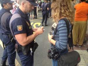 Un policía identifica a una fotoperiodista en Sevilla.- Andalucesdiario
