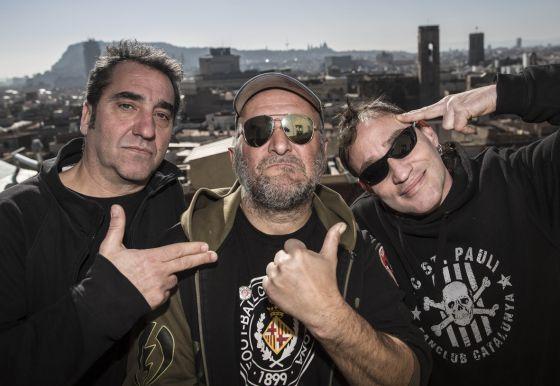 Poly, bajista, Gos, cantante y Damned, guitarra, posan en la terraza del local de la CGT. / Carles Ribas