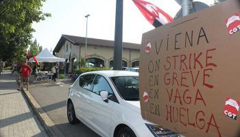 Pancartes en diferents idiomes informaven de la vaga Daniel Vilardell i Alerm