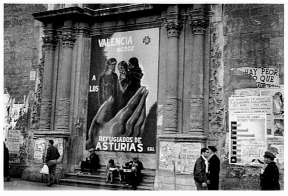"""Fotografia de Joaquin Sanchis """"Finezas"""", dins de les seves fotografies de guerra a València 1937-1938. És la porta de l'Església de Sant Martí, del carrer Sant Vicent (en aquella epoca Avinguda Largo Caballero)"""