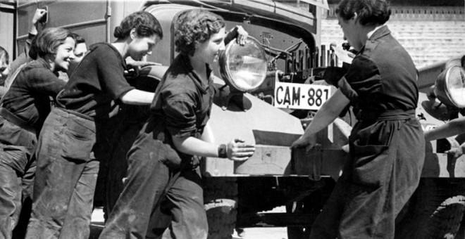 Mujeres de la época que trabajaban como mecánicas. CNT