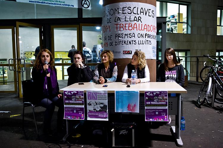 Roda de premsa Dones Treballadores condemnant acomiadaments per embaràs i conciliacions familiars. Universitat de Barcelona. Barcelona, 05.11.2015