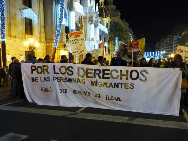 Foto de la pancarta principal en la VIII Marcha por el cierre de los Centros de Internamiento de Extranjeros (18 de diciembre de 2015)